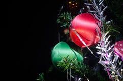 Игрушка рождества на рождественской елке Новый Год орнаментирует предпосылку зимы для космоса открытки пустого Предпосылка кануна Стоковые Изображения RF