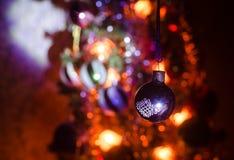Игрушка рождества на рождественской елке Новый Год орнаментирует предпосылку зимы для космоса открытки пустого Предпосылка кануна Стоковая Фотография