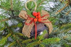 Игрушка рождества лежа на ветвях сосны и спруса Стоковые Изображения RF