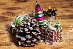 Игрушка рождества наследия стеклянная на предпосылке конусов сосны Стоковая Фотография