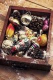 Игрушка рождества наследия стеклянная на предпосылке конусов сосны Стоковые Изображения