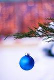 Игрушка рождества на ветви рождественской елки в вертикали снега Стоковые Изображения