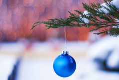 Игрушка рождества на ветви рождественской елки в снеге горизонтальном Стоковая Фотография RF