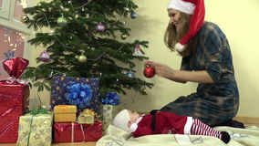 Игрушка рождественской елки вида матери младенческий младенец в платье рождества акции видеоматериалы