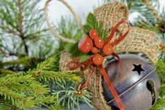 Игрушка рождественской елки лежит на ветвях сосны и спруса Стоковая Фотография RF