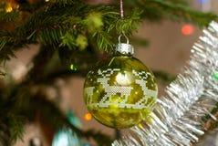 Игрушка рождественской елки стеклянная зеленая сфера деревянное украшений рождества экологическое Шарик рождества с оленями Стоковые Фотографии RF