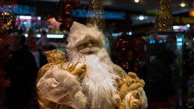Игрушка Санта Клаус ` s Нового Года сувенирного магазина праздника Стоковые Фотографии RF