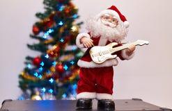 Игрушка Санта Клауса играя гитару Стоковое Изображение RF