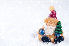 Игрушка Санта Клауса приносит рождественскую елку Стоковые Изображения RF