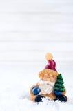 Игрушка Санта Клауса приносит рождественскую елку Стоковая Фотография