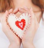 Игрушка сердца в руках стоковое изображение