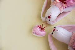 Игрушка сердца мягкие и кролики игрушки на праве Стоковые Изображения