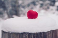 Игрушка сердца на снеге Концепция карточки дня валентинок Стоковые Изображения RF