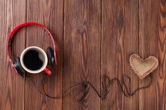 Игрушка сердца с наушниками и кофейной чашкой Стоковые Фотографии RF