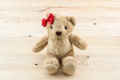 Игрушка смычка классического плюшевого медвежонка красная Стоковое Фото