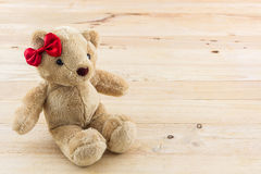 Игрушка смычка классического плюшевого медвежонка красная Стоковые Фото