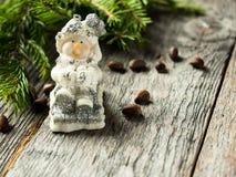 Игрушка снеговика на деревенской деревянной предпосылке Новый Год рождества торжества Стоковые Фото