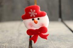 Игрушка снеговика на деревенском деревянном столе Идея зимы Стоковое Изображение RF