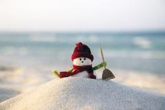 Игрушка снеговика на пляже Стоковое фото RF