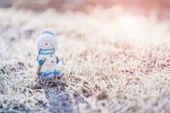 Игрушка снеговика на снежной предпосылке Стоковое Изображение