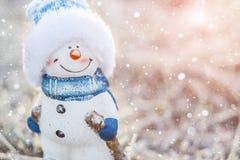Игрушка снеговика на снежной предпосылке Стоковые Фото