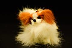Игрушка, собака, собака подола пера птицы на черной изолированной предпосылке, Стоковые Изображения RF