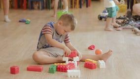 Игрушка строения мальчика Игра младенца с блоками акции видеоматериалы