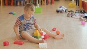 Игрушка строения мальчика Игра отделки младенца с блоками сток-видео
