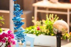 Игрушка сувенира в форме голубых рыб на предпосылке улиц Стоковое фото RF
