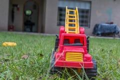 Игрушка тележки в траве Стоковые Фото