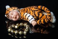 Игрушка тигра младенца спать мирно Стоковые Изображения RF