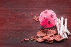 Игрушка шарика для собаки и закуски собаки, собачьей еды, собаки жует, печенье собаки Стоковая Фотография RF