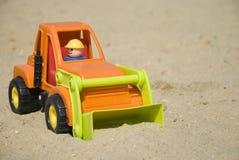 игрушка escavator крупного плана стоковое изображение rf