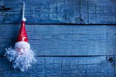 Игрушка Santa Claus на досках сбора винограда деревянных Стоковое Фото