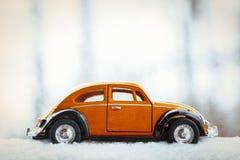Игрушка Volkswagen Beetle в снеге Стоковые Фото