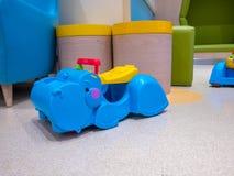 Игрушки гиппопотама и животного, сделанные из пластмассы, крытое красочное Стоковые Фотографии RF