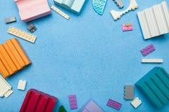 Игрушки детей воспитательные: куб, блоки r стоковое изображение rf
