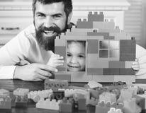 Игрушки и концепция детства Мальчик и человек на defocused предпосылке Отец и сынок Стоковое Фото