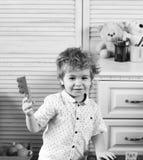 Игрушки и концепция детства Ребенок с усмехаясь стороной делает конструкции кирпича Стоковые Изображения RF