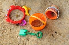 Игрушки и песок пляжа детей. Стоковое Изображение