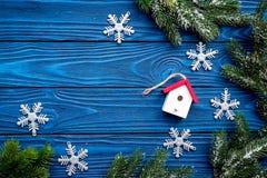 Игрушки и снежинки дома для того чтобы украсить рождественскую елку для торжества Нового Года с ветвями дерева меха на голубое де Стоковое фото RF