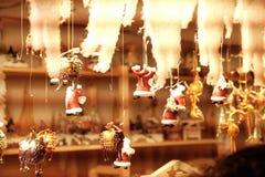 Игрушки корабля и Санта на рождественской ярмарке стоковое фото rf