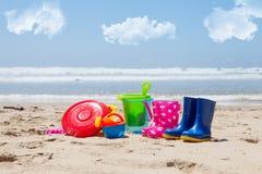 Игрушки красочных пластичных детей на пляже Стоковое Изображение