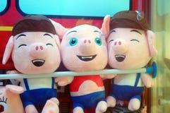 Игрушки куклы показаны в магазинах игрушки Стоковая Фотография