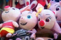 Игрушки куклы показаны в магазинах игрушки Стоковое Фото