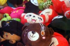 Игрушки куклы показаны в магазинах игрушки Стоковые Изображения