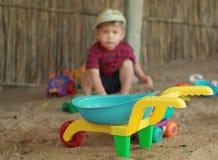 игрушки мальчика пляжа Стоковые Фото