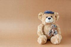 Игрушки медведя на текстуре бумажных предпосылок Стоковое фото RF