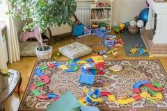 Игрушки много разбросанных детей в комнате Дети вышли беспорядок в комнату Стоковые Изображения