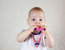 игрушки младенца маленькие играя Малый ребенок жует на игрушке Стоковое Фото